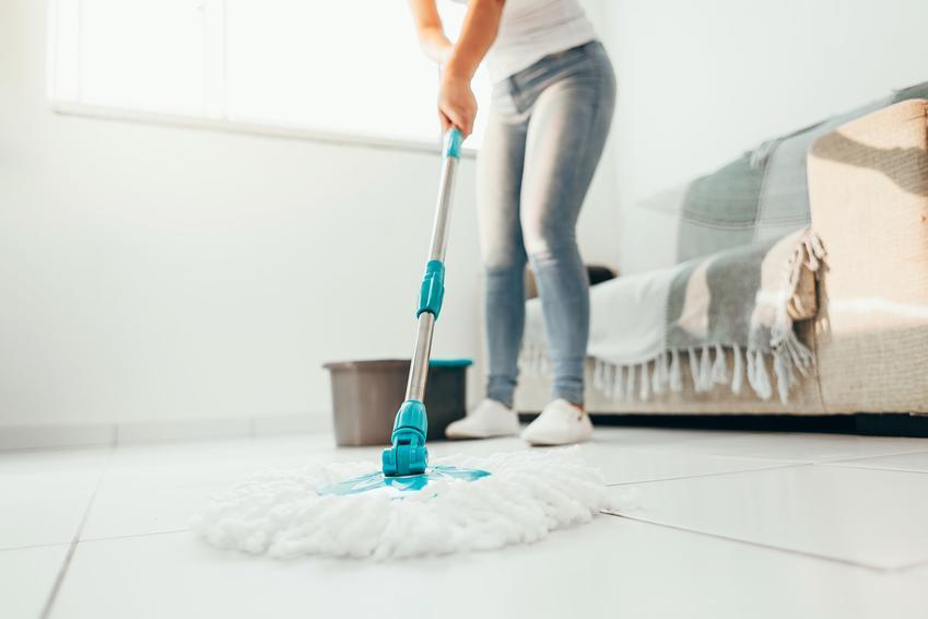 Mycie podłogi mopem oraz polecany blog o sprzątaniu i organizacja sprzątania