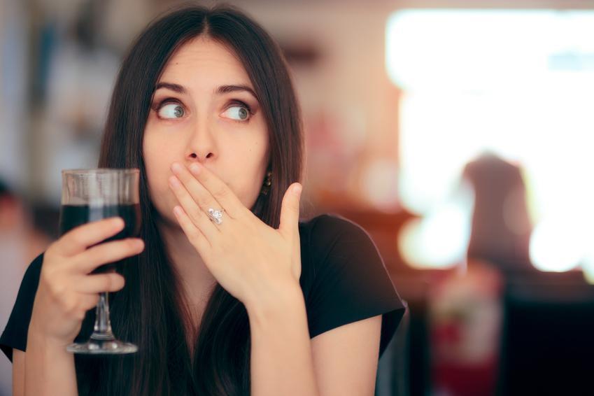 Kobieta zasłaniająca usta oraz jak się pozbyć czkawki i porady na czkawkę