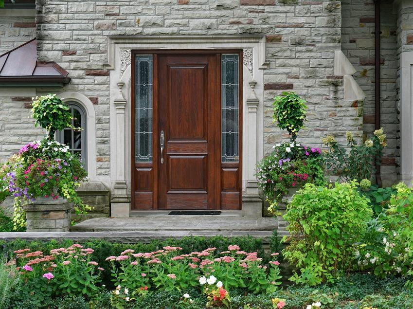 Drzwi wejściowe zewnętrzne do domu oraz wyciszanie drzwi róznymi sposobami