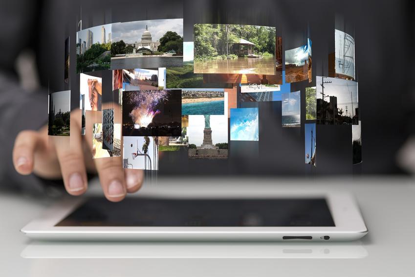 Kolaż zdjęć nad tabletem, a także program i sposoby, jak zrobić film ze zdjęć