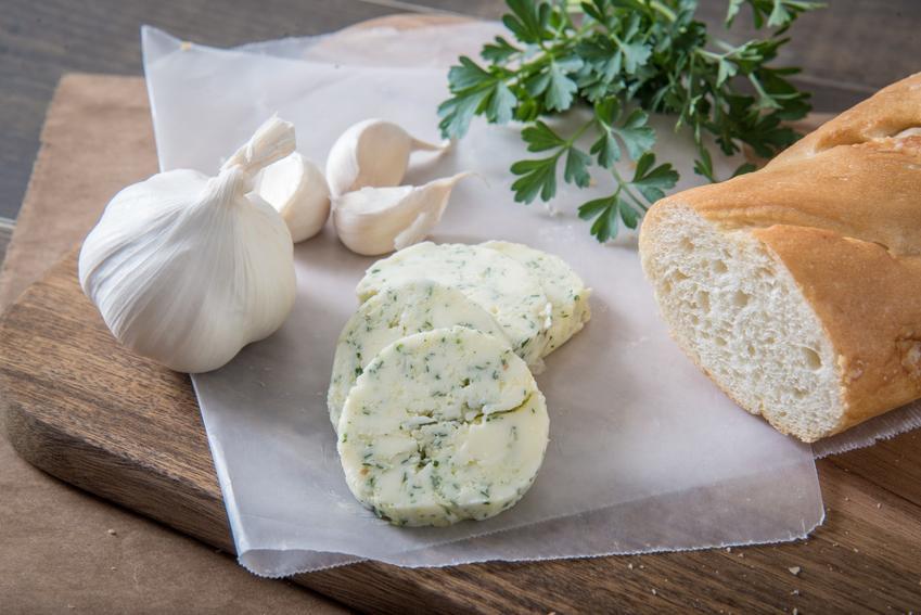 Domowe masełko czosnkowe i bagietka, a także porady jak zrobić masło czosnkowe