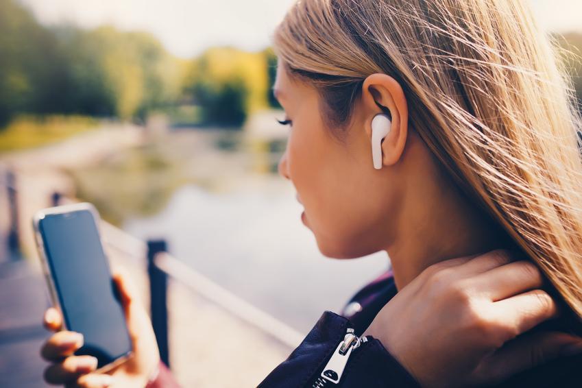 Młoda kobieta i słuchawki bezprzewodowe douszne oraz ich polecane modele