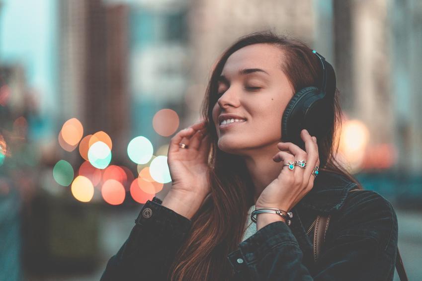 Młoda kobieta i słuchawki bezprzewodowe nauszne oraz ich polecane modele