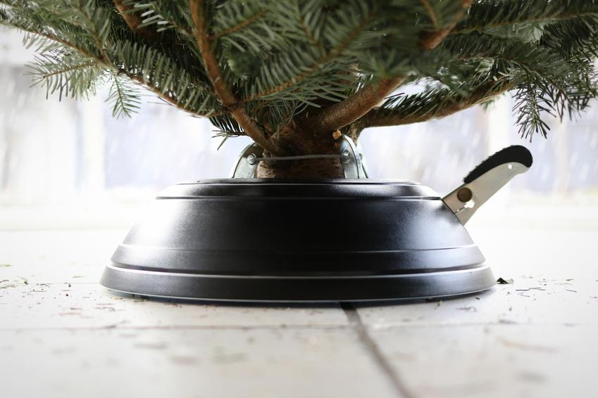 Stojak pod choinkę i ich rodzaje, czyli metalowe i plastikowe stojaki choinkowe