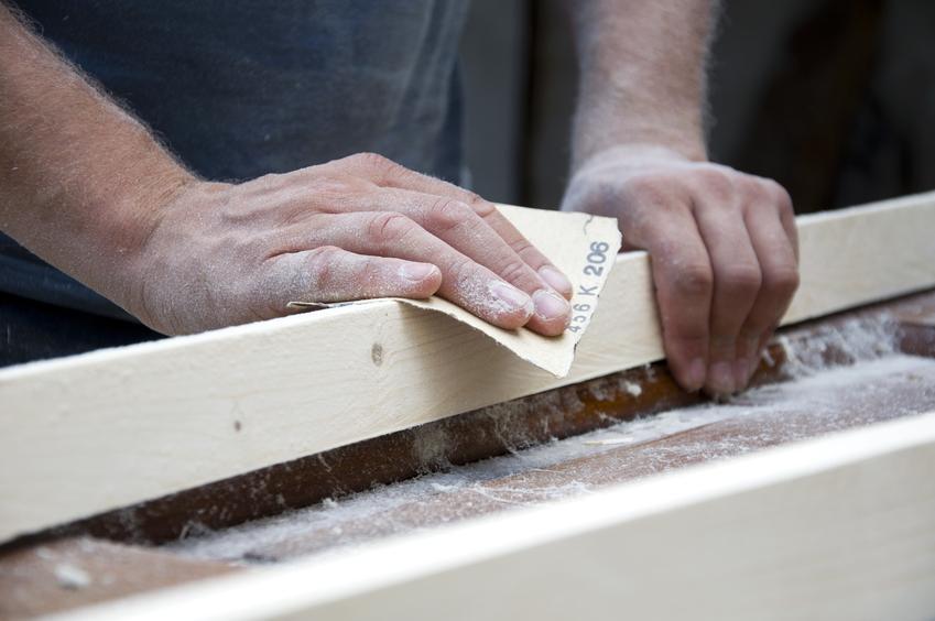 Szlifowanie drewna papierem ściernym krok po kroku oraz inne sposoby na szlifowanie drewna