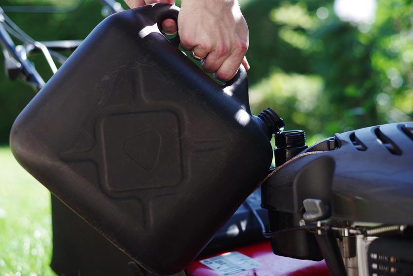 Olej silnikowy wlewany do kosiarki oraz porady, jaki olej do kosiarki spalinowej wybrać