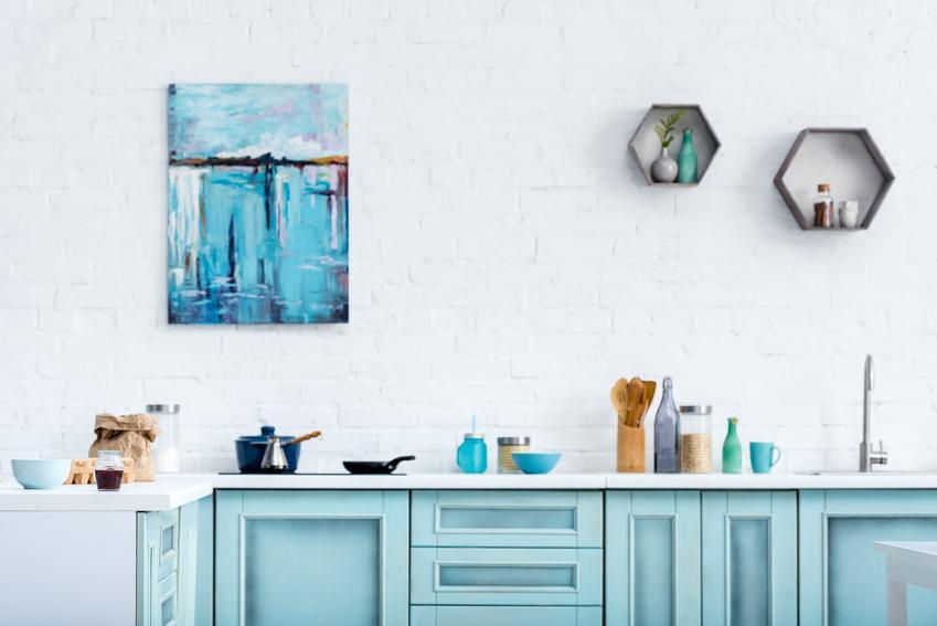 Niebieskie meble kuchenne oraz porady, jak pomalować meble kuchenne, w tym fronty szafek