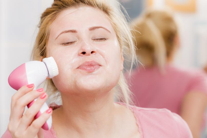 Kobieta podczas mycia twarzy szczoteczką, a także polecana elektryczna szczoteczka do twarzy