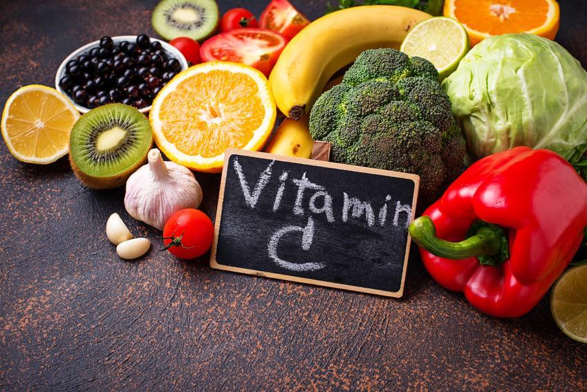 Warzywa i owoce oraz tabliczka z napisaem witamina C, czyli co ma najwięcej witaminy C