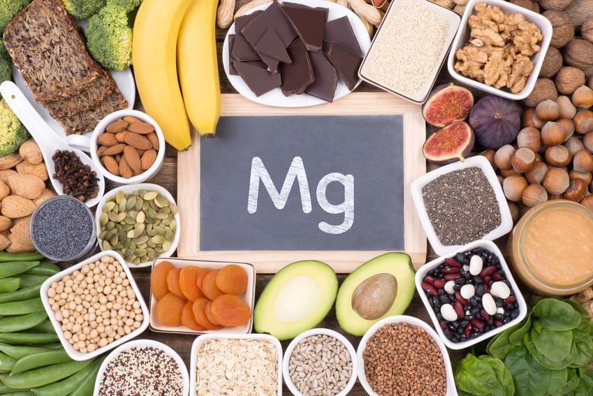 Produkty bogate w magnez, a także tabliczka z napisem Mg, czyli źródła magnezu w diecie
