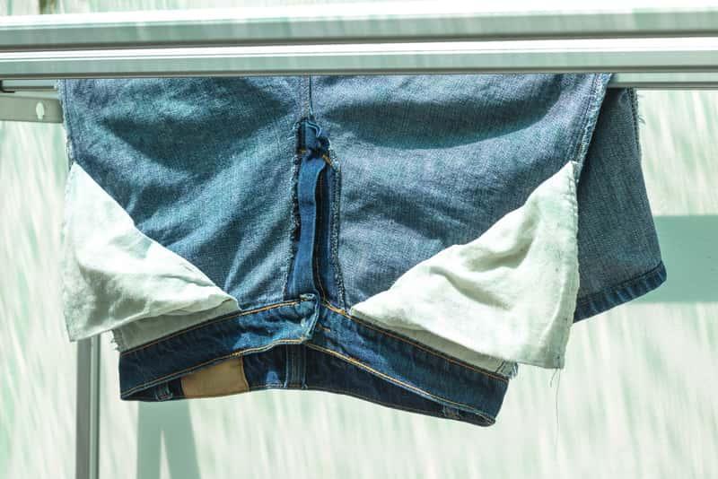 Szybkie suszenie ubrań czasami jest konieczne. Można wykorzystać do tego ciepłe powietrze lub kaloryfer albo żelazko.