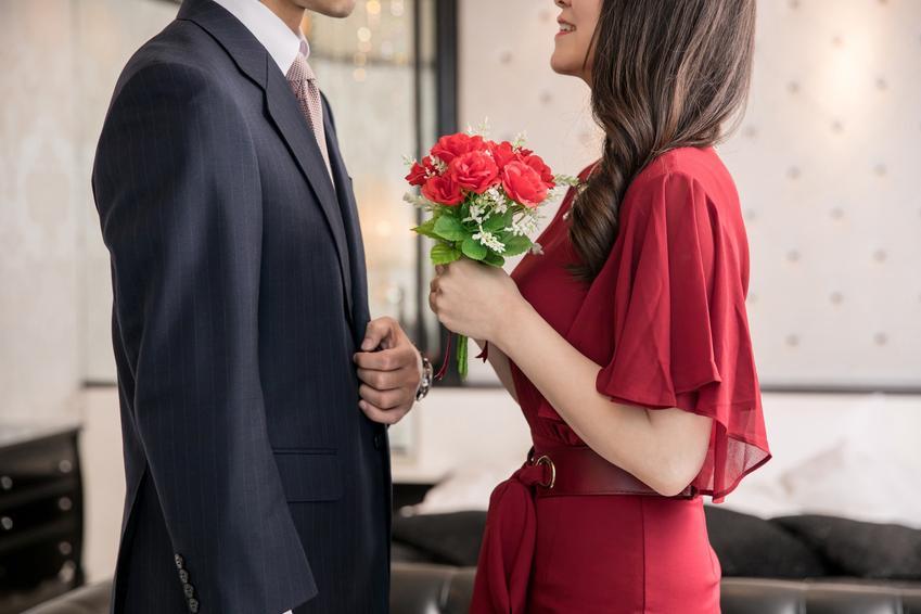 Pierwsza rocznica ślubu młodej i eleganckiej pary, a także nazwy rocznic ślubu