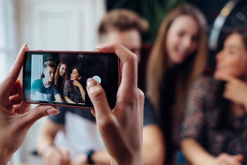 Grupa przyjaciół podczas robienia sobie zdjęcia, a także jak pozować do zdjęć