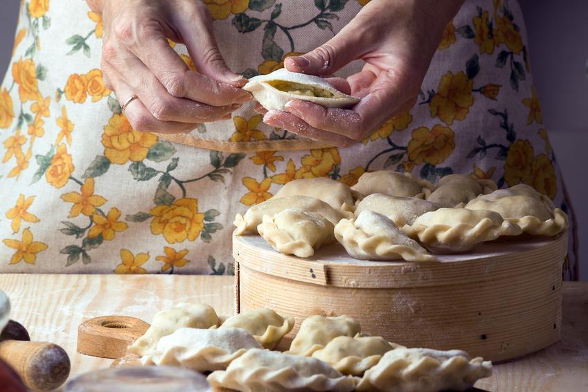Babcia podczas lepienia pierogów oraz przepis na to, jak zrobić ciasto na pierogi