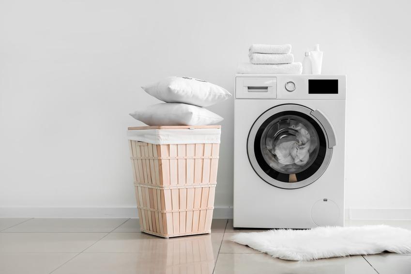 Pralka i poduszki na koszu do prania, czyli jak wyprać poduszkę z pierza w pralce