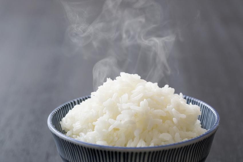 Ugotowany ryż parujący na misce, czyli jak ugotować ryż i perfekcyjne gotowanie ryżu