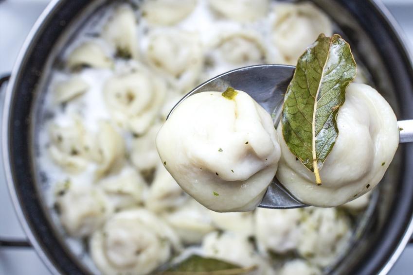 Ugotowane pierogi w przyprawami w garnku, a także porady, ile gotować mrożone pierogi