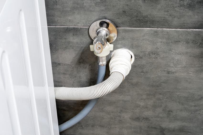 Zawór do pralki automatycznej i podłączona pralka, a także polecany kranik do pralki
