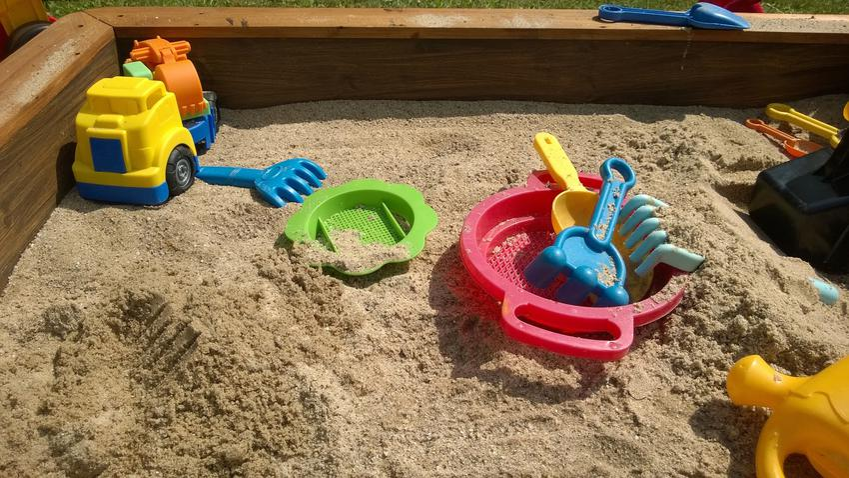 Piaskownica dla dzieci z zabawkami oraz jak zrobić piaskownicę