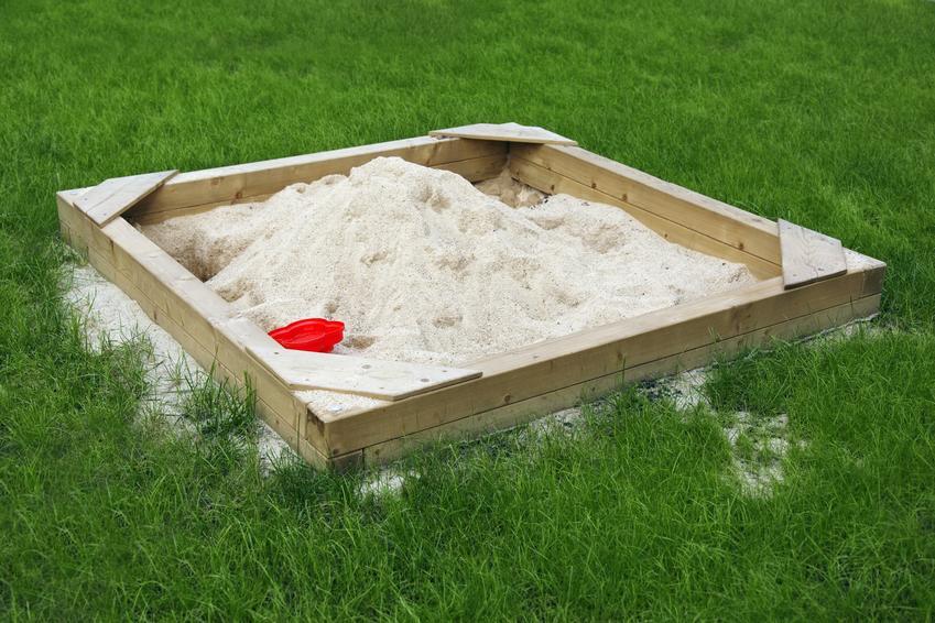 Drewniana piaskownica na podwórku oraz porady, jak zrobić piaskownicę dla dzieci
