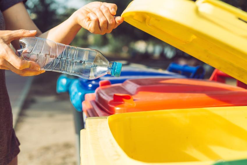Kosze plastikowe na odpady komunalne i nie tylko na zewnątrz