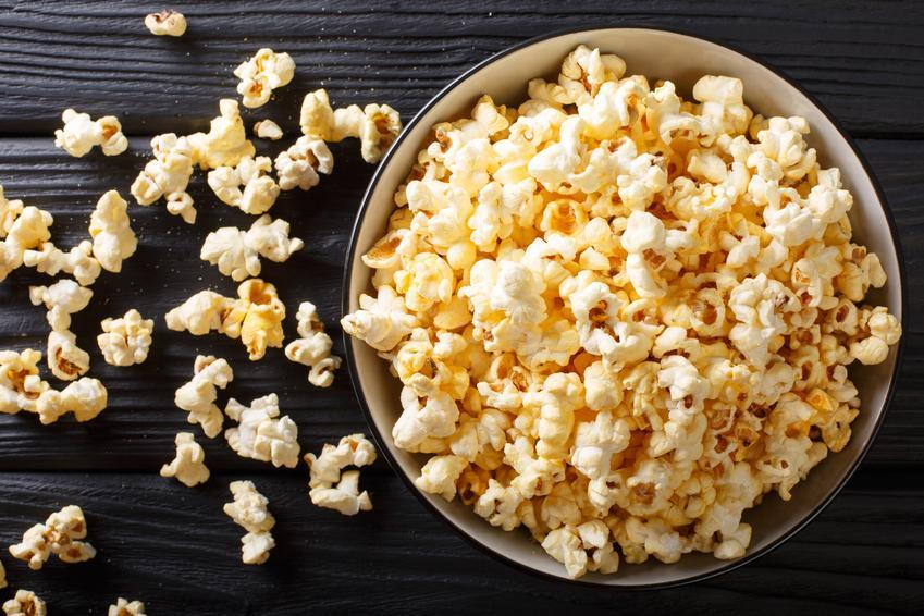 Uprażony popcorn w misce na czarnym tle oraz porady, jak zrobić popcorn