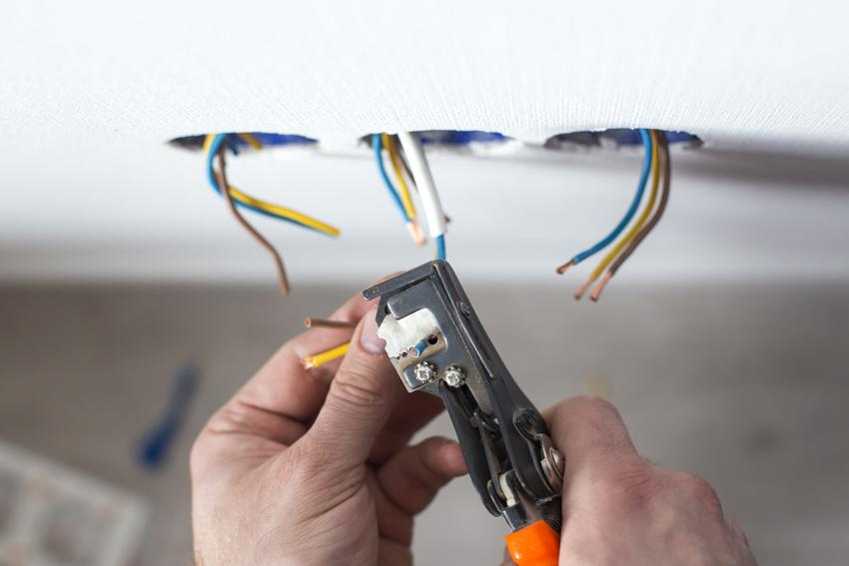 Gniazdko elektryczne i kable w trakcie podłączania oraz jak podłączyć gniazdko elektryczne