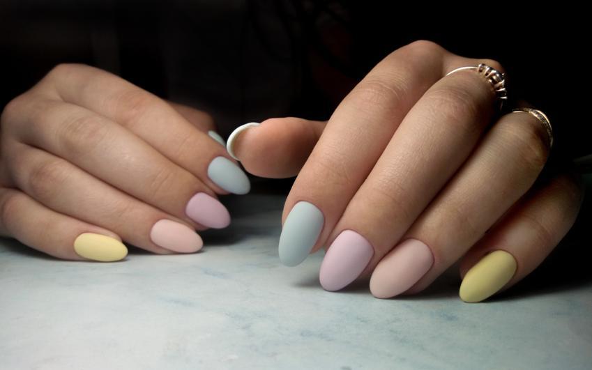 Manicure w kolorach pastelowych z matowym wykończeniem, czyli jak zrobić matowe paznokcie