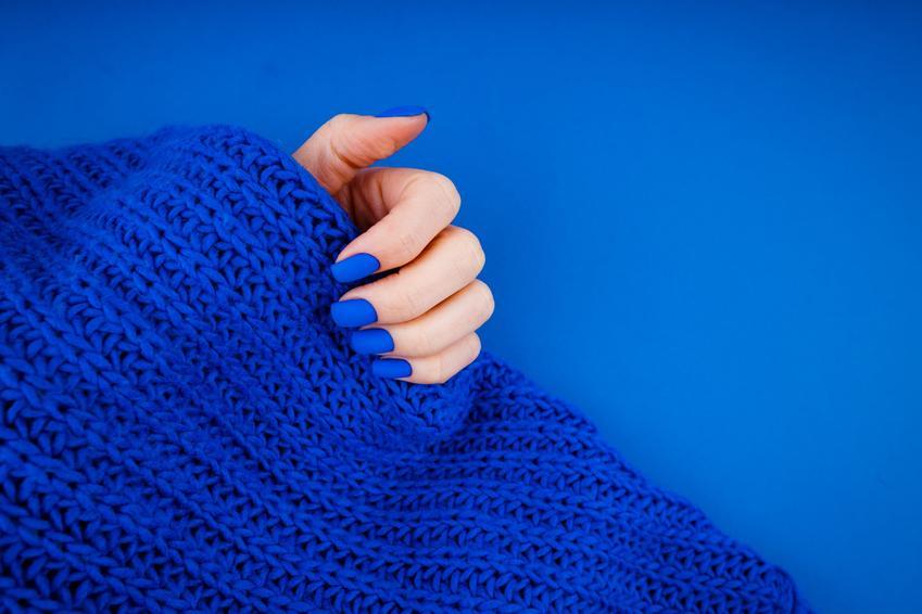 Niebieski matowy lakier do paznokci na niebieskim tle oraz jak zrobić matowe paznokcie