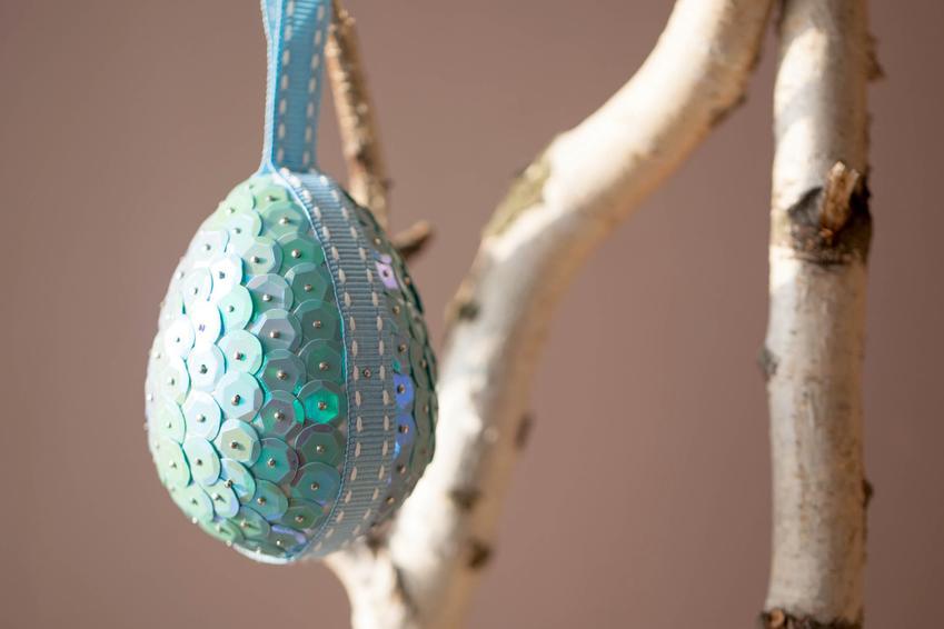 Jajko wielkanocne styropianowe z cekinami oraz  jak ozdobić jajka styropianowe na wielkanoc