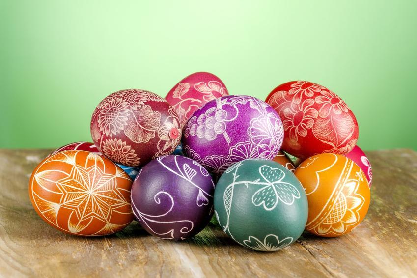 Pisanki kolorowe z ażurowym motywem oraz inna dekoracja jajek wielkanocnych