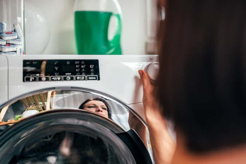 Wstawianie prania syntetycznego to dobry sposób na to, by wyprać bezpieczenie ubrania z włókien syntetnycznych
