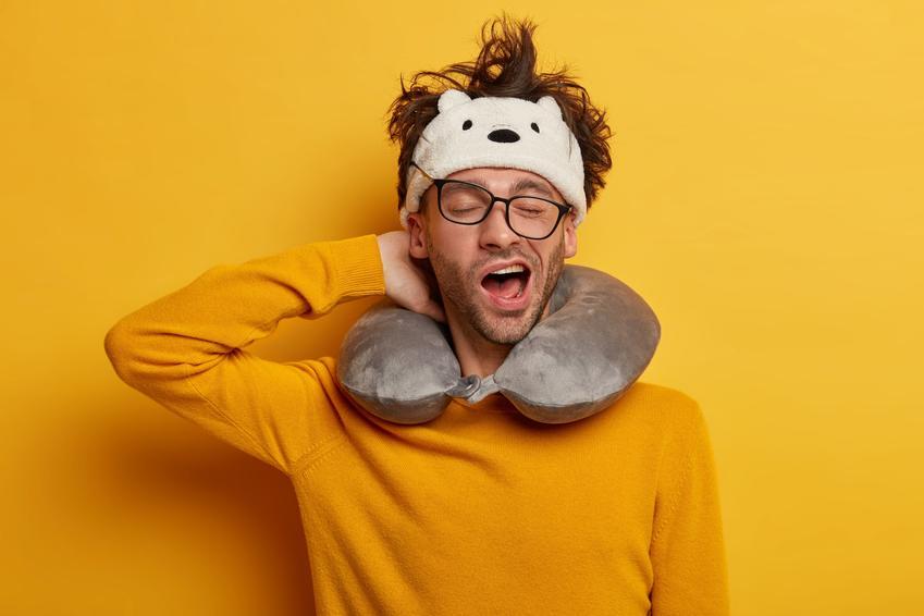 Zaspany mężczyzna w żółtym swetrze na żółtym tle oraz sposoby na rozbudzenie