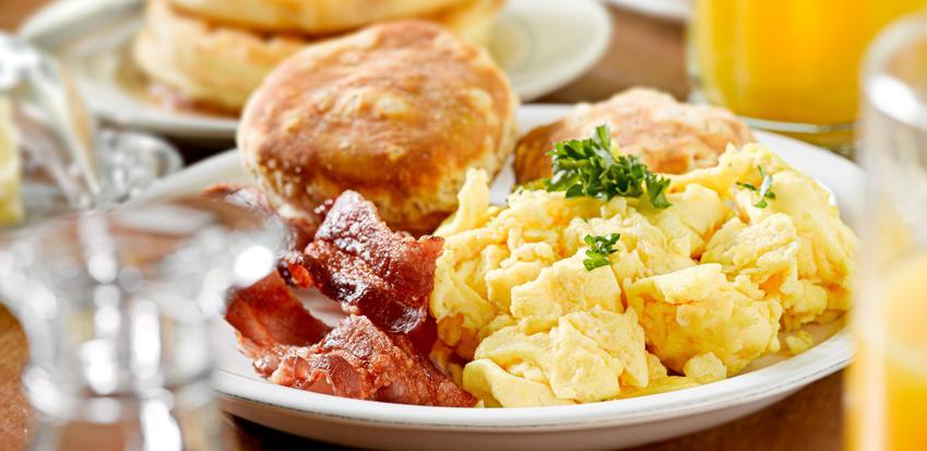 Jajecznica na maśle z boczkiem i pieczywem oraz przepisy, jak zrobić jajecznicę