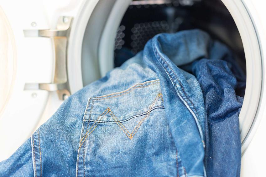 Jak zmniejszyć spodnie? Jeansy należy wyprać w pralce w temperautrze 90 stopni Celsjusza, wtedy się zmniejszą.