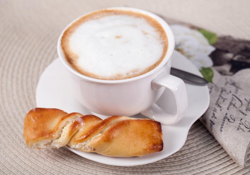 Kawa w filiżance z pianką i drożdżówka, a także jak spienić mleko