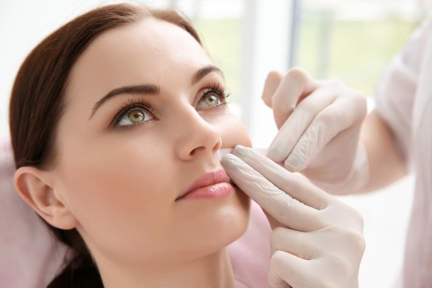 Kobieta podczas usuwania wąsika woskiem, a także meszek nad ustami i jak usunąć wąsik
