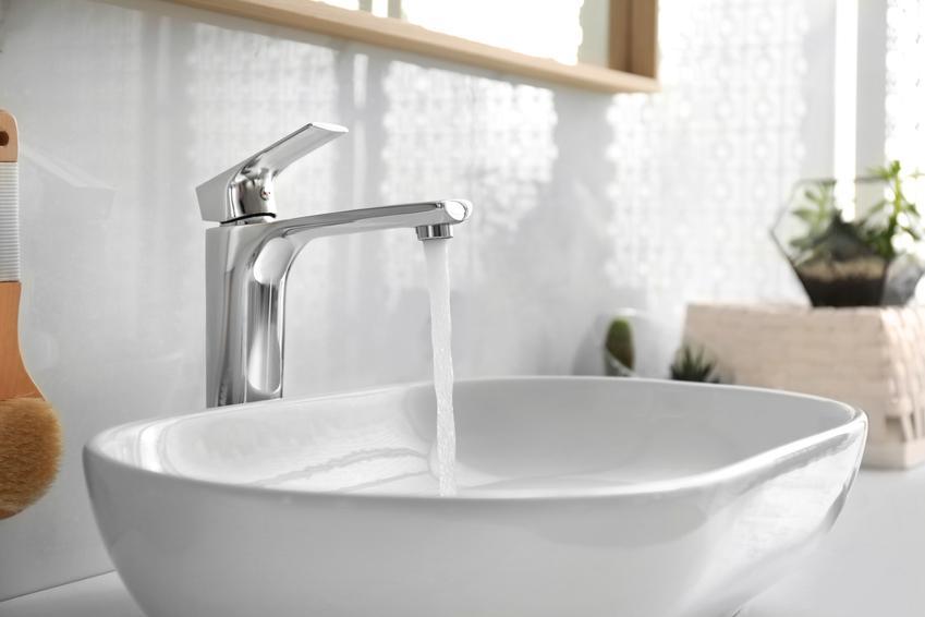 Odkręcony kran nad umywalką nablatową, a także na jakiej wysokości umywalka, czyli wysokość montażu umywalki