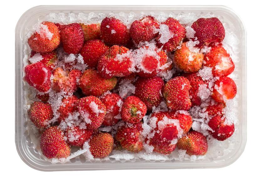Zamrożone truskawki w plastikowym pojemniku oraz wskazówki, jak mrozić truskawki