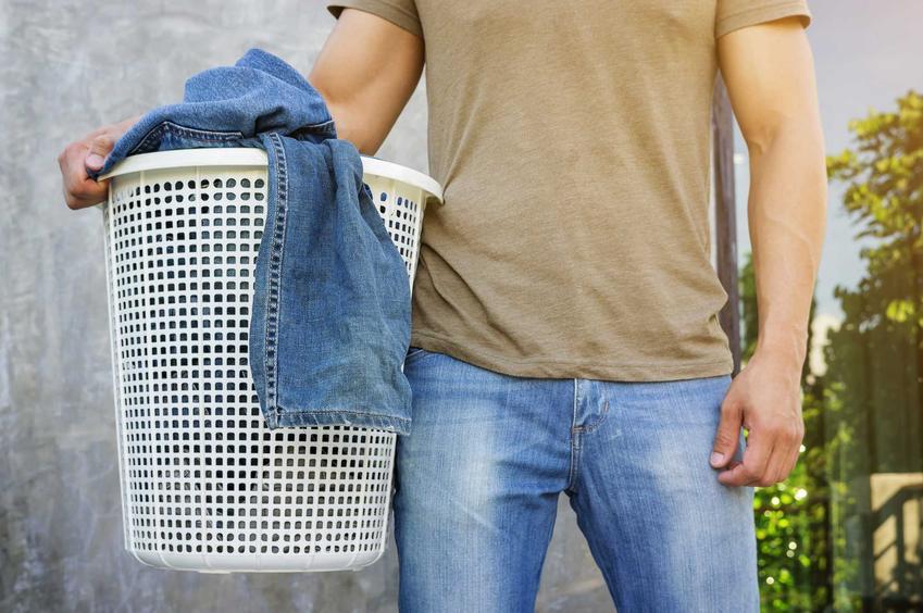 Pranie jeansów w pralce powinno być wykonywane na lewą stronę. Jeansy można prać w standardowych ustawianiach temperatury.