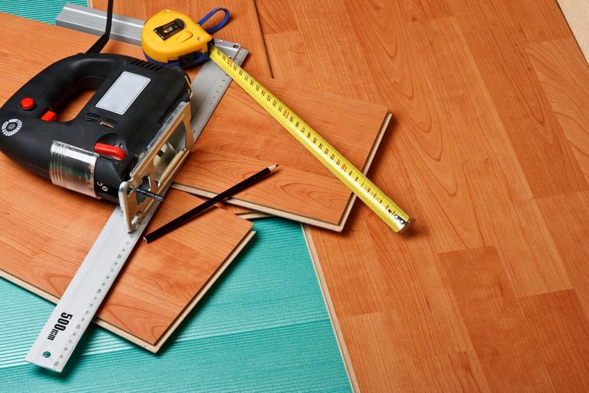 Panele podłogowe podczas układania i przycinania, a także jak kłaść panele podłogowe
