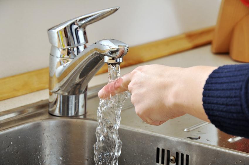 Oblewania palca zimną wodą, czyli porady, co zrobić po oparzeniu i oparzenie olejem