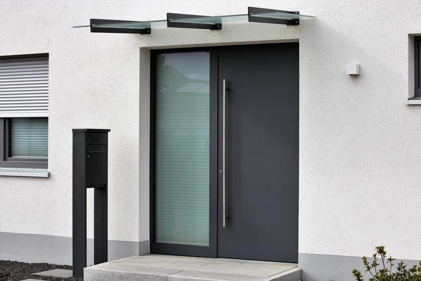 Drzwi zewnętrzne wejściowe do nowoczesnego domu, a także uszczelnianie drzwi wejściowych krok po kroku