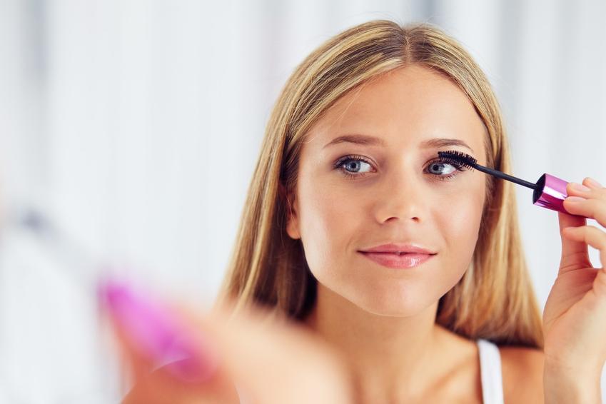 Kobieta tuszująca rzęsy, a także jak malować oczy krok po kroku