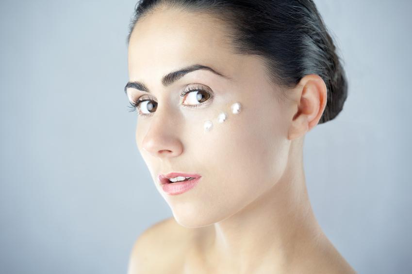 Kobieta z kremem odżywczym na twarzy, a także jak mieć ładną cerę i co zrobić by mieć ładną cerę