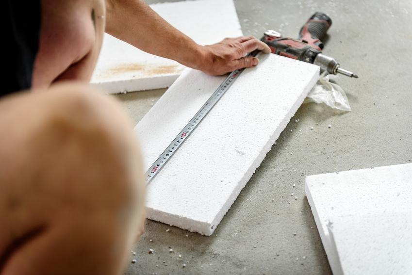 Przycinanie styropianu na podłodze, a także styropian podłogowy, styropian na podłogę