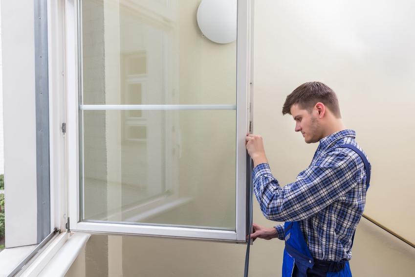 Uszczelnianie okien przez mężczyznę, a także czym i jak uszczelnić okna