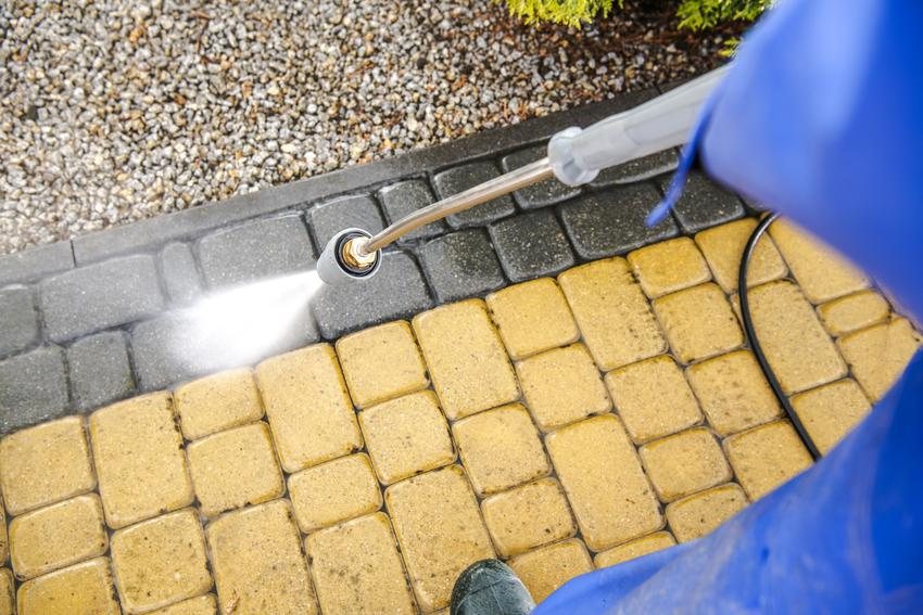 Kostka brukowa podczas czyszczenia, a także czyszczenie kostki brukowej