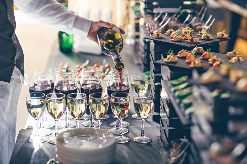 Kieliszki na weselu z winem, a także wino na wesele i wino na ślub