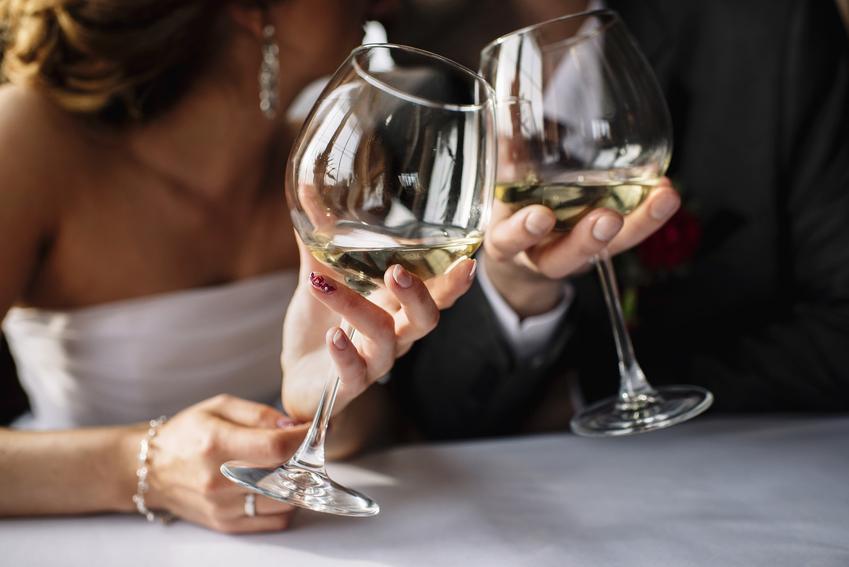 Para młoda pijąca wino, a także polecane wino na wesele i wino na ślub
